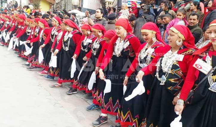 मॉल रोड पर पारंपरिक वेशभूषा में 500 महिलाओं ने एक घंटे डाली नाटी