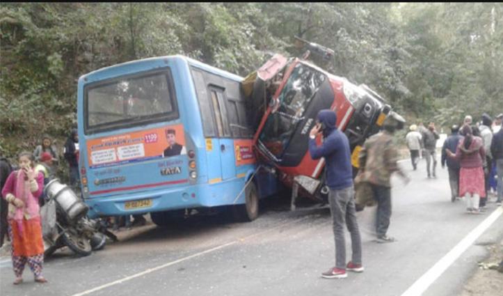 HRTC Bus से टकराकर पलटा ट्राला : 12 घायल, एक बच्चा पीजीआई रेफर