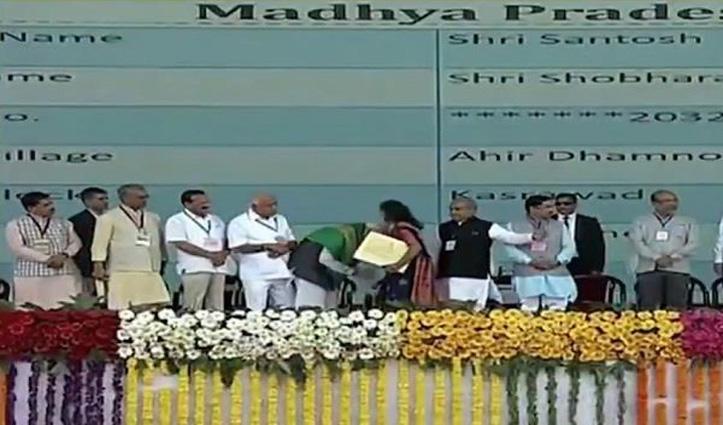 Video: महिला ने किया PM मोदी के पैर छूने का प्रयास, वो खुद पैर छूने झुक गए