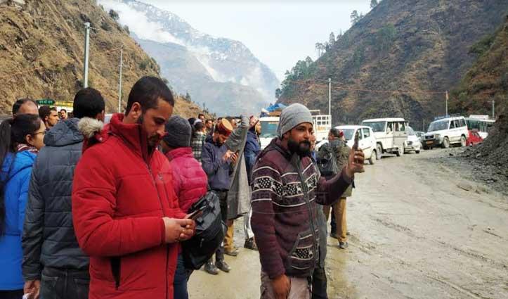 सैंज-लारजी मार्ग पागलनाला में भूस्खलन, यातायात हुआ ठप