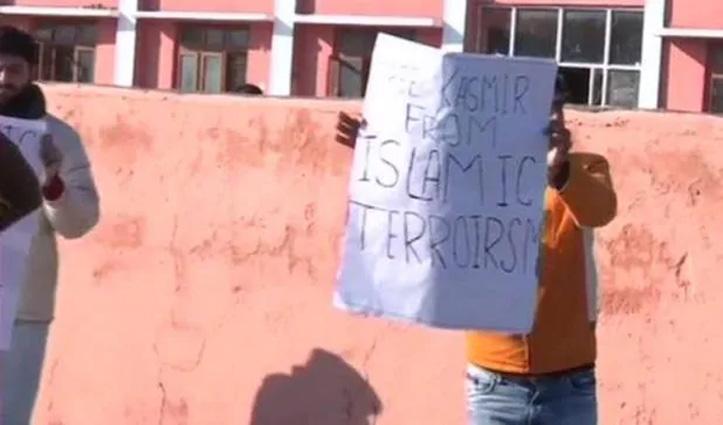 'फ्री कश्मीर फ्रॉम इस्लामिक टेररिज्म'; कश्मीरी पंडितों ने लहराए पोस्टर