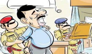 रिश्वत लेते पकड़ा Patwari तो चबा डाले नोट Police ने पेट में घूंसे मार कर बाहर निकाले