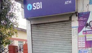 धर्मशाला : SBI के ATM में तोड़फोड़, शरारती तत्वों ने शटर से साथ भी की छेड़छाड़