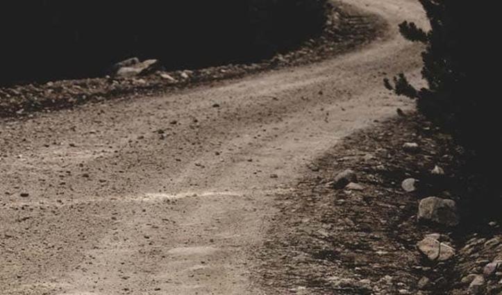 स्कूल बंक कर बच्चों ने सुधारी गांव की सड़क, चलना पड़ता था 10 किमी