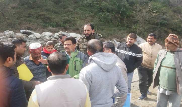 श्मशान घाट पर खतरे से डरे ग्रामीणों ने रोका Finna Singh project की संपर्क नहर का काम