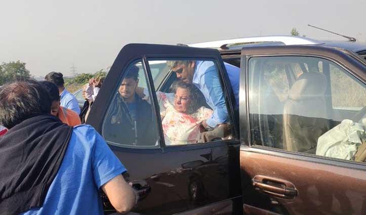 सड़क हादसे का शिकार हुईं शबाना आजमी, गंभीर हालत में भेजा गया हॉस्पिटल