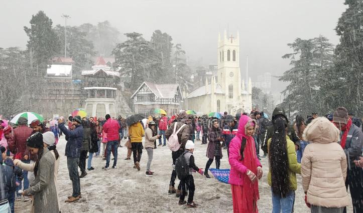 हिमाचल में नए साल की पहली बर्फबारी, शिमला में बर्फ देख झूमे सैलानी