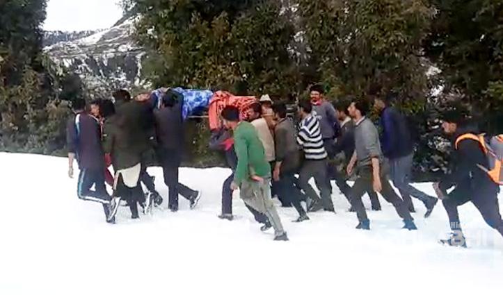 चारपाई पर अटकी युवक की सांसें, जिंदगी बचाने को बर्फ में संघर्ष जारी