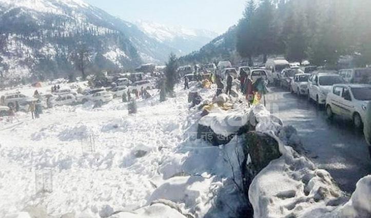 सोलंग घाटी में फंसे सैकड़ों पर्यटक Rescue, सुबह तक चला ऑपरेशन
