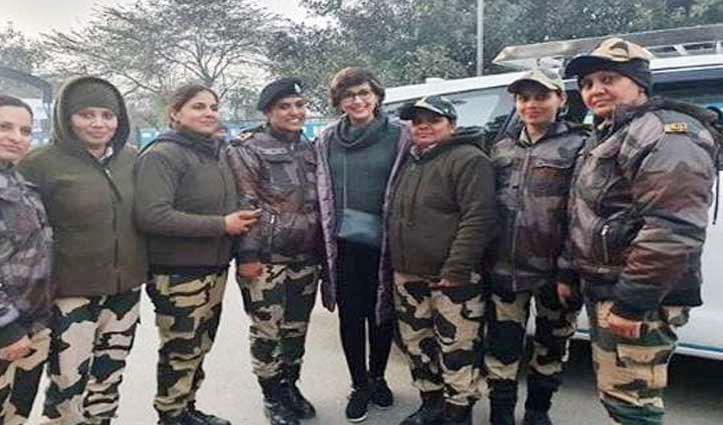 सोनाली बेंद्रे ने शेयर की महिला आर्मी ऑफिसर संग तस्वीरें, यहां देखें