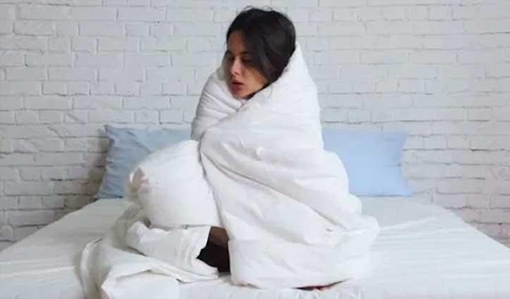 कंबल में बैठे रहने के बाद भी ठंडे रहते हैं पैर, इन तरीकों से होंगे गर्म