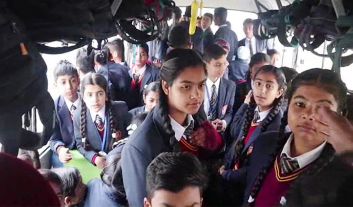 Una : स्कूल बसों में जबरदस्ती बच्चे ठूंसे जाने पर अभिभावकों ने किया हंगामा