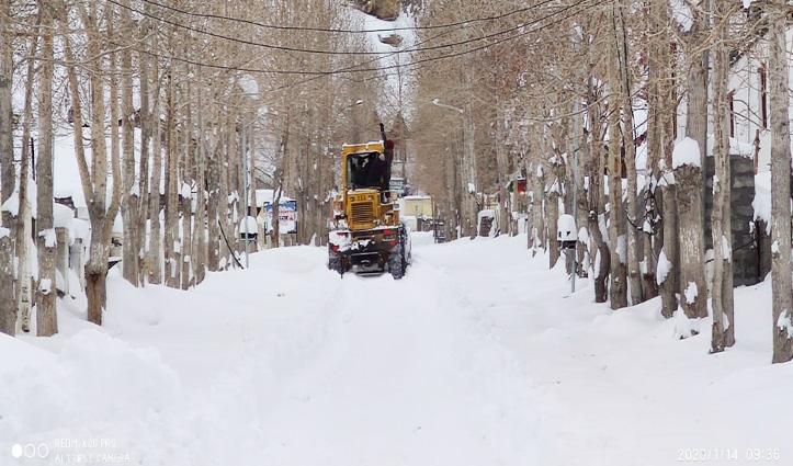 काजा में बर्फ से अवरुद्ध मार्ग बहाल करने में जुटा प्रशासन