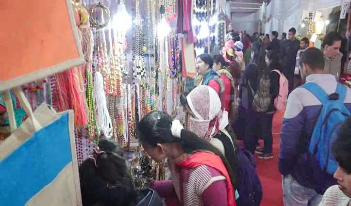 सरस मेले में तेलंगाना-बिहार के कपड़ों के कायल हुए लोग, चंबा चुख का भी ले रहे स्वाद