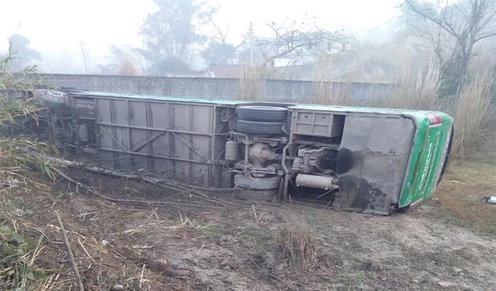 Breaking:दिल्ली से मैक्लोडगंज जा रही Volvo Bus ऊना में पलटी, देखें तस्वीरें