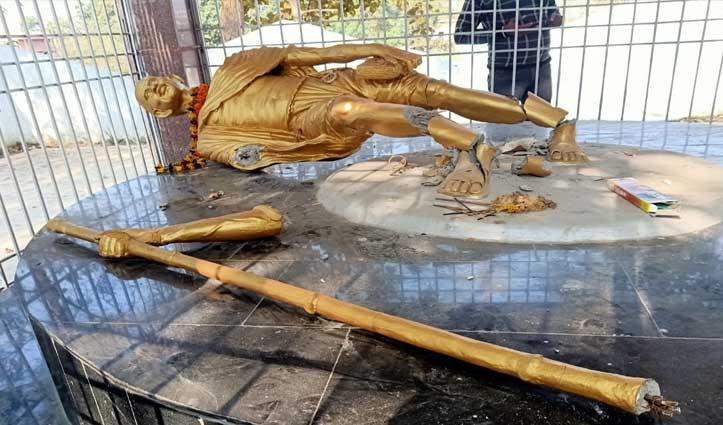 असामाजिक तत्वों ने तोड़ी महात्मा गांधी की मूर्ति, पुलिस खंगाल रही CCTV