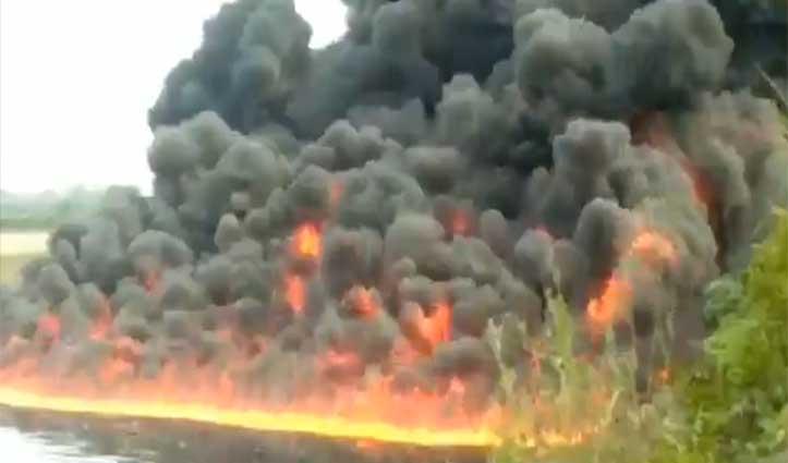 Video: नदी से उठने लगीं आग की लपटें, धुंए के गुबार से काला हो गया इलाका