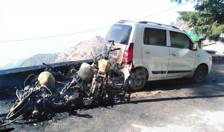 शरारती तत्वों का कारनामा : Tutu में सड़क किनारे खड़े वाहन किए आग के हवाले