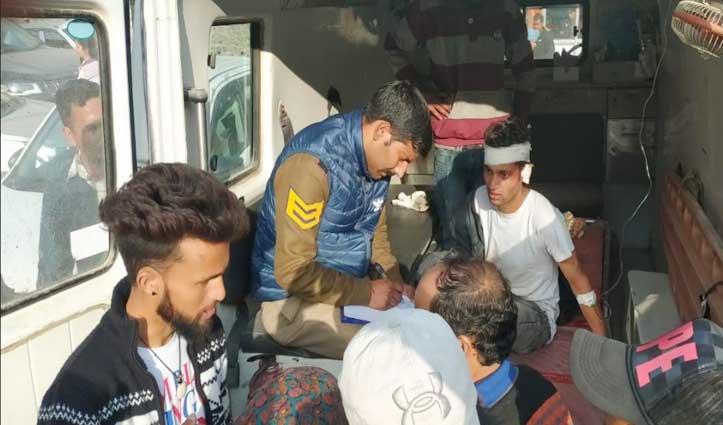 बंजार में Car चालक ने राहगीरों को मारी टक्कर, 2 पहुंचे Hospital