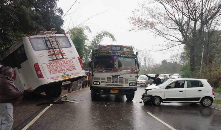 मैहरे -हमीरपुर रोड पर Bus व Car में हुई जबरदस्त टक्कर