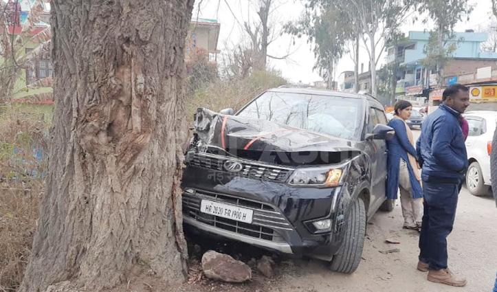 ओवरटेक करते मनाली जा रही पर्यटकों की गाड़ी से टकराई Taxi, तीन पहुंचे अस्पताल