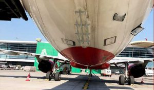 222 की स्पीड से दौड़ रहे विमान के सामने आई जीप, पायलट ने जल्दी Take off कर टाला हादसा