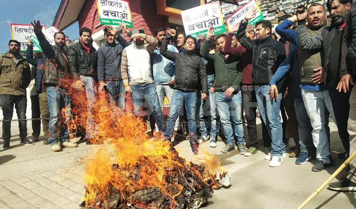 Anurag के खिलाफ सड़कों पर उतरी युवा कांग्रेस, प्रदेश में नारेबाजी के साथ जलाए पुतले