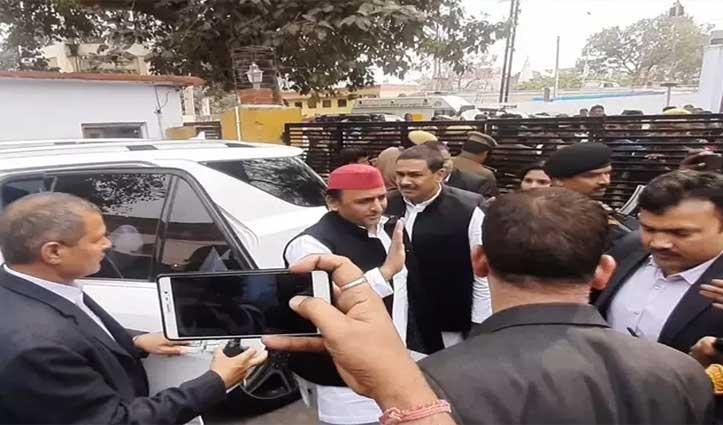 आजम खान से मिलने Jail पहुंचे अखिलेश, बोले- BJP सरकार में हो रही राजनीतिक साजिश
