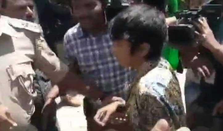 महिला ने थामा 'कश्मीर मुक्ति, मुस्लिम मुक्ति' का पोस्टर, देशद्रोह का मामला दर्ज