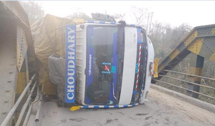 मझासू पुल पर पलटा अनियंत्रित ट्रक, Hamirpur-Shimla NH पर लंबा जाम