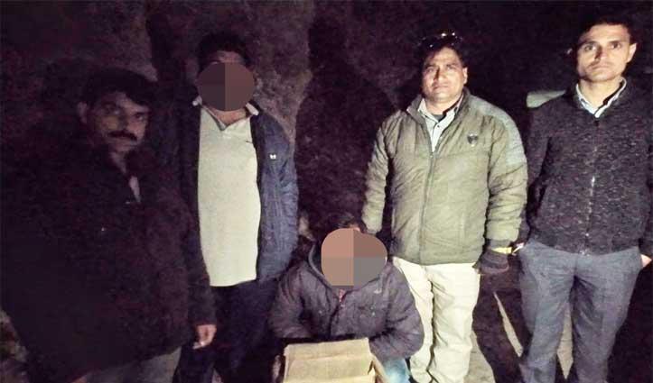 बोरी में ले जा रहा था अवैध शराब Police ने किया Arrest