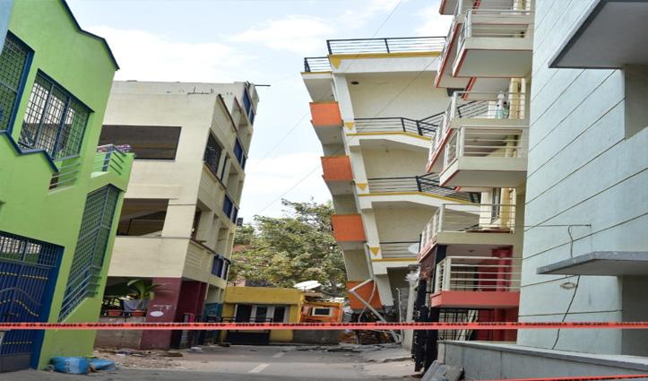 अचानक हिलने के बाद टेढ़ी हुई Building, उसमें रह रहे 30 लोग सकुशल निकले