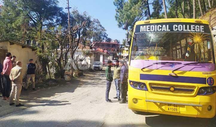 वाकनाघाट में सड़क किनारे खड़ी अस्पताल की Bus के तोड़े शीशे
