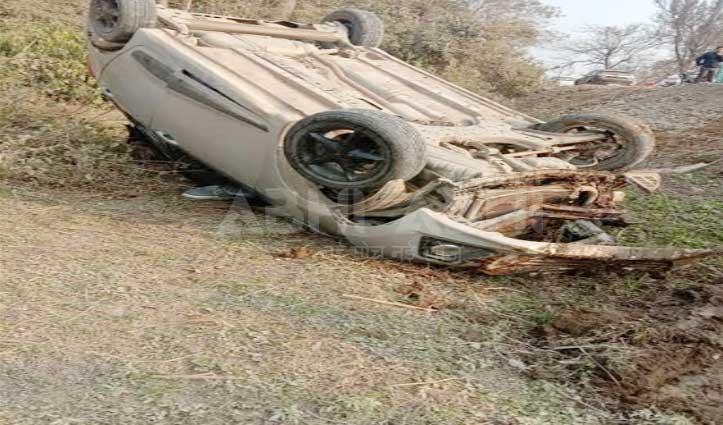 सड़क पर लावारिस पशुओं के आने से पलटी Car, 5 को मिले जख्म