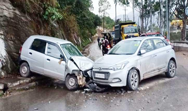 नाहन में बिरोजा फैक्टरी के पास टकराईं दो कारें, Chamba में खाई में गिरी Car
