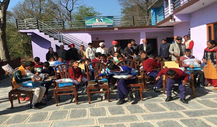 धर्मशाला के दाड़नू में स्पेशल बच्चों को बांटे ट्रैक सूट, जूते और जुराबें