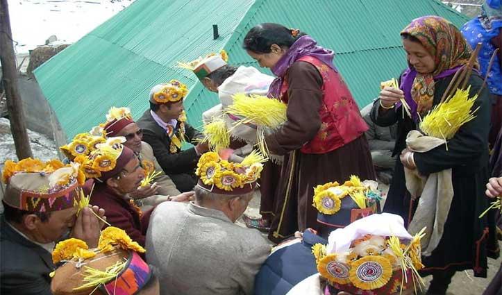 """Lahul-Spiti में फागली उत्सवः बुजुर्गों को """"जूब"""" भेंट कर लिया आशीर्वाद"""
