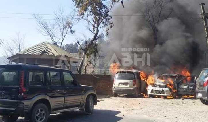 ब्रेकिंगः Chamba टीबी अस्पताल के पास खड़ी दो कारों में अचानक भड़की आग
