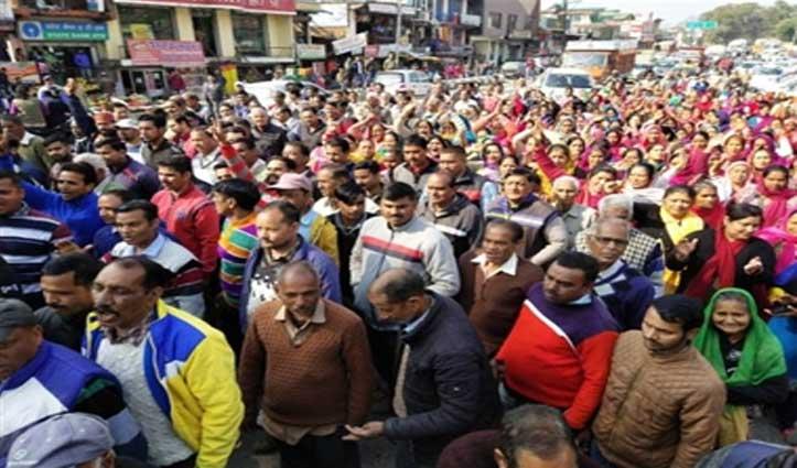 कांगड़ा एयरपोर्ट विस्तार: पांच गांव के ग्रामीणों ने बजाया आंदोलन का बिगुल, निकाली रैली