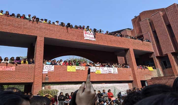 गार्गी कॉलेज में छेड़छाड़ के कई घंटों बाद FIR दर्ज, सुरक्षा में लगे स्टाफ को नोटिस जारी