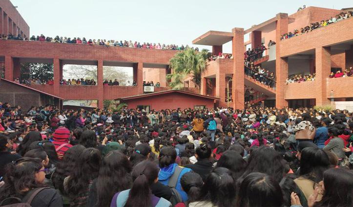 Lok Sabha में गूंजा गार्गी कॉलेज छेड़छाड़ मामला, HRD Minister बोले – होगी उचित कार्रवाई