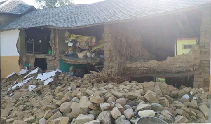 आंगन में धूप सेक रहा था परिवार, आंखों के सामने भरभरा कर गिर गया स्लेटपोश मकान
