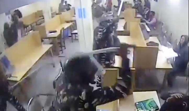 जामिया : लाइब्रेरी में बैठे छात्रों पर लाठियां बरसाती दिखी Police, वायरल हुआ वीडियो