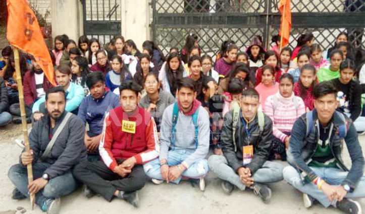 मांगों को लेकर आज फिर भड़के आयुर्वेदा बीफार्मा कॉलेज के प्रशिक्षु, Gate पर भी जड़ दिया ताला