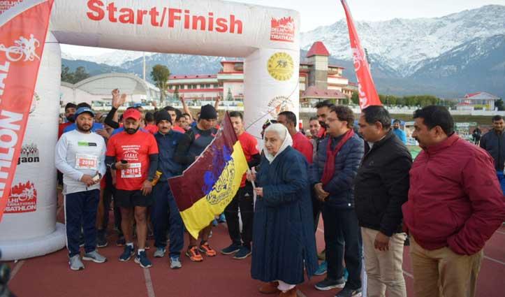 कड़ाके की ठंड के बीच Mcleodganj होते हुए 21.5 किलोमीटर के ट्रैक पर दौड़े 100 धावक