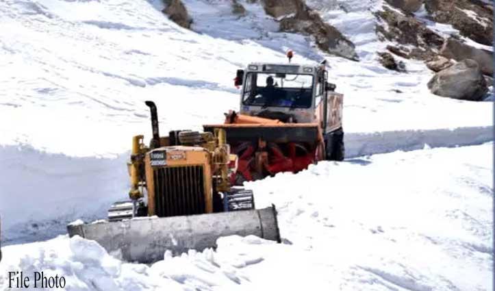 मनाली-रोहतांग सड़क बहाली में जुटे BRO के डोजर पर गिरी चट्टान