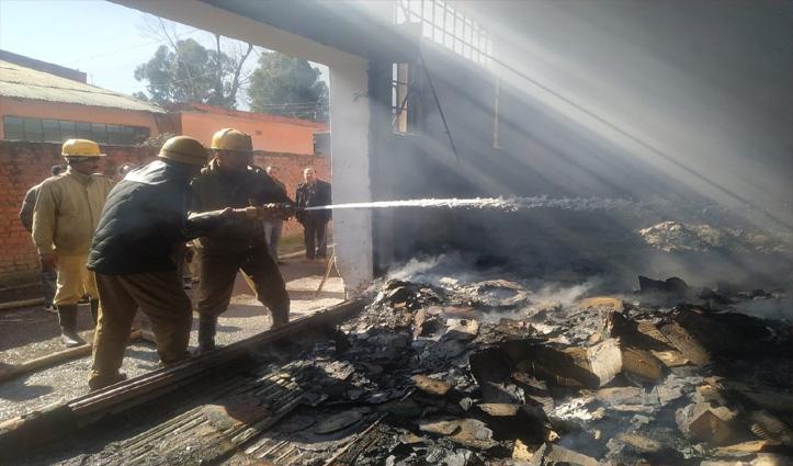 भुट्ठी कॉलोनी में गत्ता फैक्टरी में लगी fire, करोड़ों का नुकसान