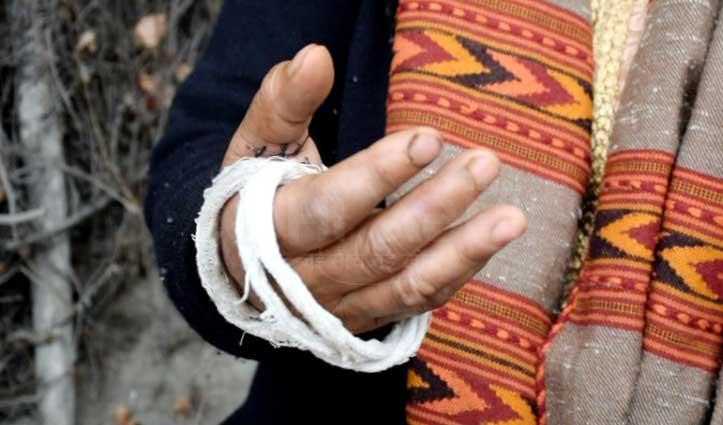 Police कर्मियों के सामने डंडों से पीटी महिला, भाग कर बचाई जान