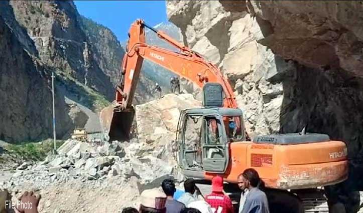 NH-5 पर गिरी चट्टानें, पूह-काजा, रिकांगपिओ-रामपुर सड़क पर थमे वाहनों के पहिये