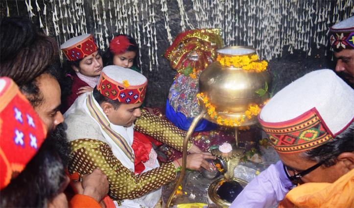शिवरात्रि मेले का निमंत्रण लेकर बाबा भूतनाथ के दरबार पहुंचे DC Mandi